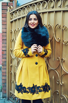 Palton LaDonna galben elegant in clos cu insertii de broderie