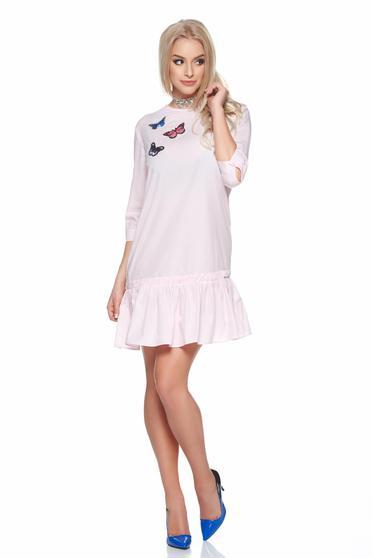 Rochie PrettyGirl roz deschis de zi brodata din bumbac cu volanase la baza rochiei