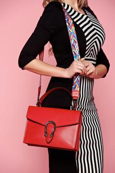 Geanta dama din piele naturala rosie accesorizata cu o catarama metalica