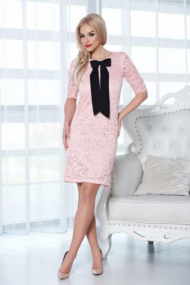 Rochie din material dantelat StarShinerS rosa cu accesoriu in forma de fundita