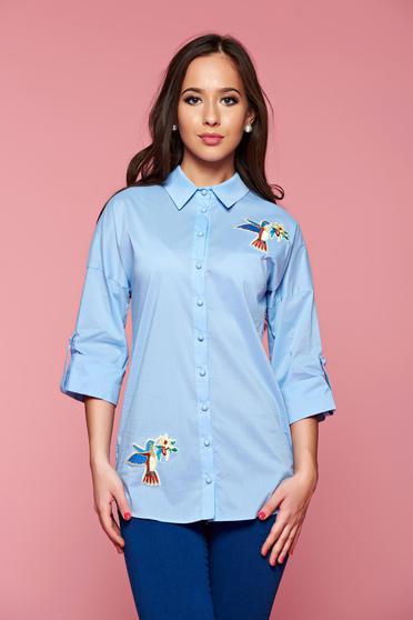Camasa dama cu croi asimetric PrettyGirl albastra-deschis cu insertii de broderie