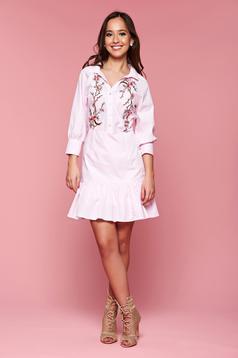 Rochie cu insertii de broderie PrettyGirl roz deschis cu volanase la baza rochiei