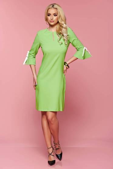 Rochie cu croi larg PrettyGirl verde-deschis accesorizata cu fundite