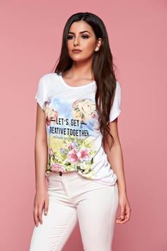 Tricou casual alb cu imprimeuri florale si cu mesaje