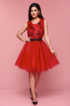 Rochie eleganta brodata in clos Artista rosie accesorizata cu cordon