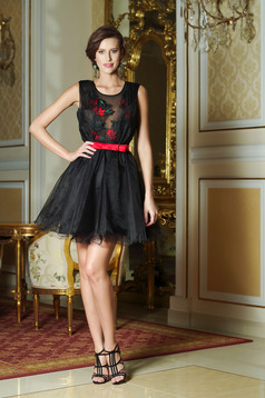 Rochie eleganta brodata in clos Artista neagra accesorizata cu cordon