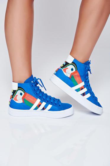 poze cu Pantofi sport Adidas originals courtvantage albastru cu siret cu print