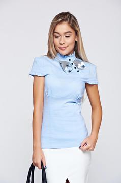 Camasa dama Fofy albastra-deschis cu maneca scurta cu accesoriu in forma de fundita