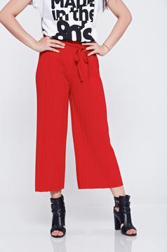 Pantaloni cu croi larg cu elastic in talie rosii cu pliuri de material
