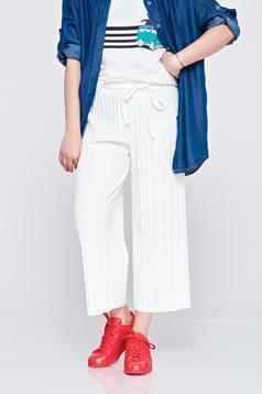 Pantaloni cu croi larg cu elastic in talie albi cu pliuri de material