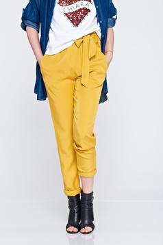 Pantaloni galbeni cu buzunare cu elastic in talie