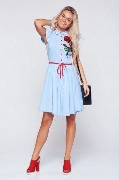 Rochie Fofy albastra-deschis casual in clos cu insertii de broderie