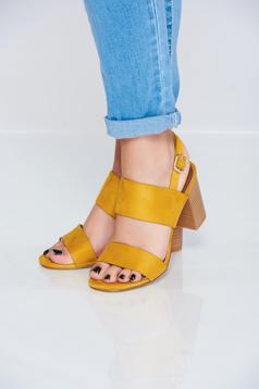 Sandale cu toc patrat galbene accesorizate cu o catarama metalica