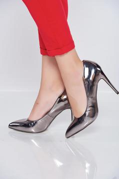 Pantofi cu aspect metalic argintiu cu varful usor ascutit