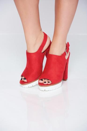 Sandale cu toc inalt rosii accesorizata cu o catarama metalica
