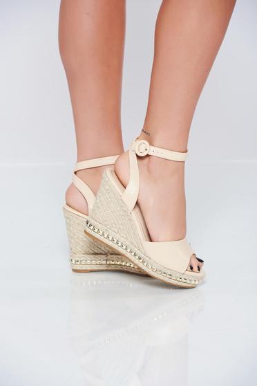 Sandale casual crem accesorizata cu o catarama metalica