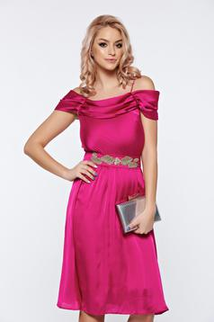Rochie LaDonna roz de ocazie in clos cu umeri goi din material satinat