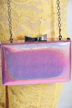 Geanta dama eleganta roz deschis accesorizata cu lant metalic