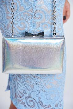 Geanta dama eleganta argintie accesorizata cu lant metalic