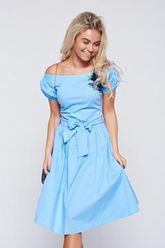 Rochie LaDonna albastra-deschis brodata cu croi larg pe umeri