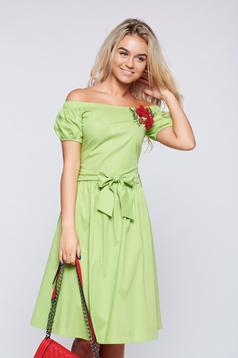 Rochie LaDonna verde-deschis brodata cu croi larg pe umeri