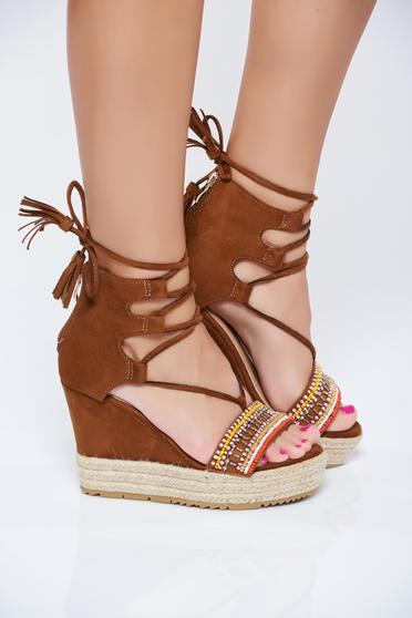 Sandale cu snur maro cu aplicatii cu margele