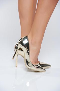 Pantofi stiletto aurii eleganti cu toc inalt cu aspect metalic