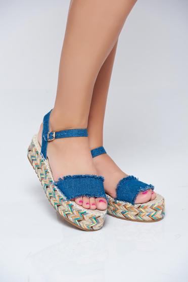 Sandale casual albastru-inchis accesorizata cu o catarama metalica