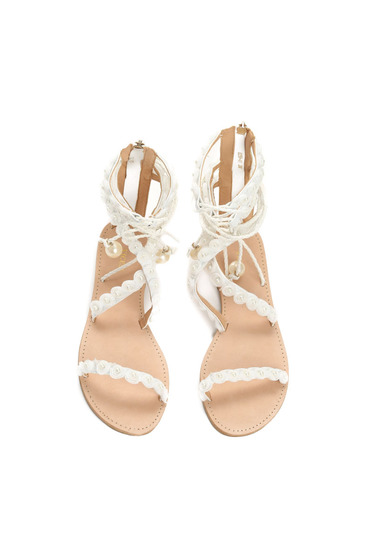 Sandale cu talpa joasa albe cu aplicatii cu perle