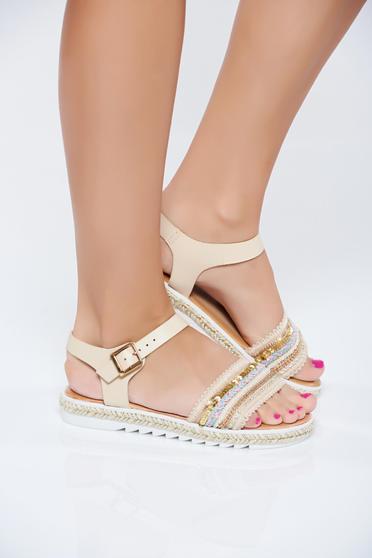 Sandale cu aplicatii cu margele crem accesorizata cu o catarama metalica