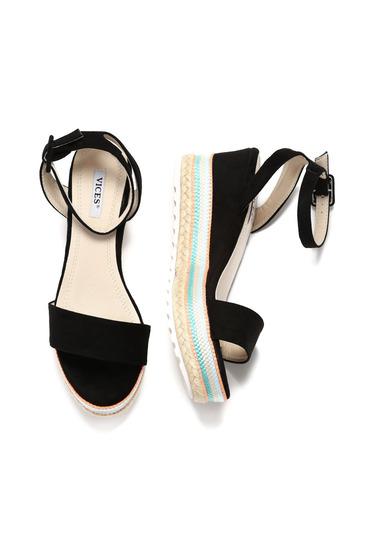 Sandale cu barete subtiri negre accesorizata cu o catarama metalica