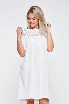Rochie alba casual cu croi larg din material neelastic cu aplicatii de dantela tricotata