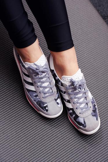 Pantofi sport Adidas Originals gri casual cu print