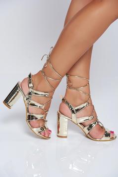 Sandale aurii elegante cu toc patrat cu aspect metalic