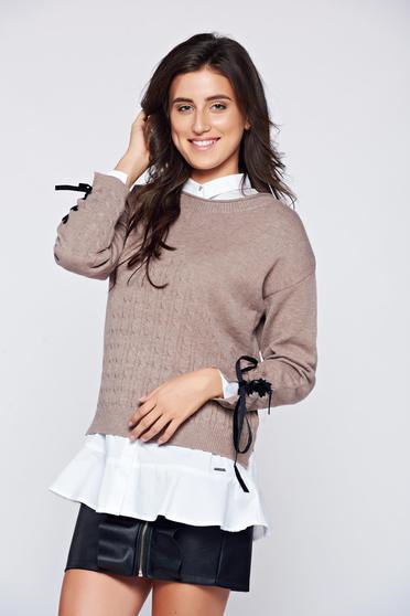 Pulover maro din material tricotat accesorizat cu snur