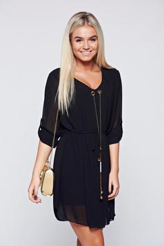 Rochie neagra eleganta cu croi larg cu accesoriu metalic
