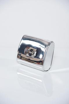 Geanta dama argintie cu aspect metalic accesorizata cu lantisor