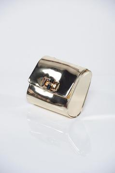 Geanta dama aurie cu aspect metalic accesorizata cu lantisor