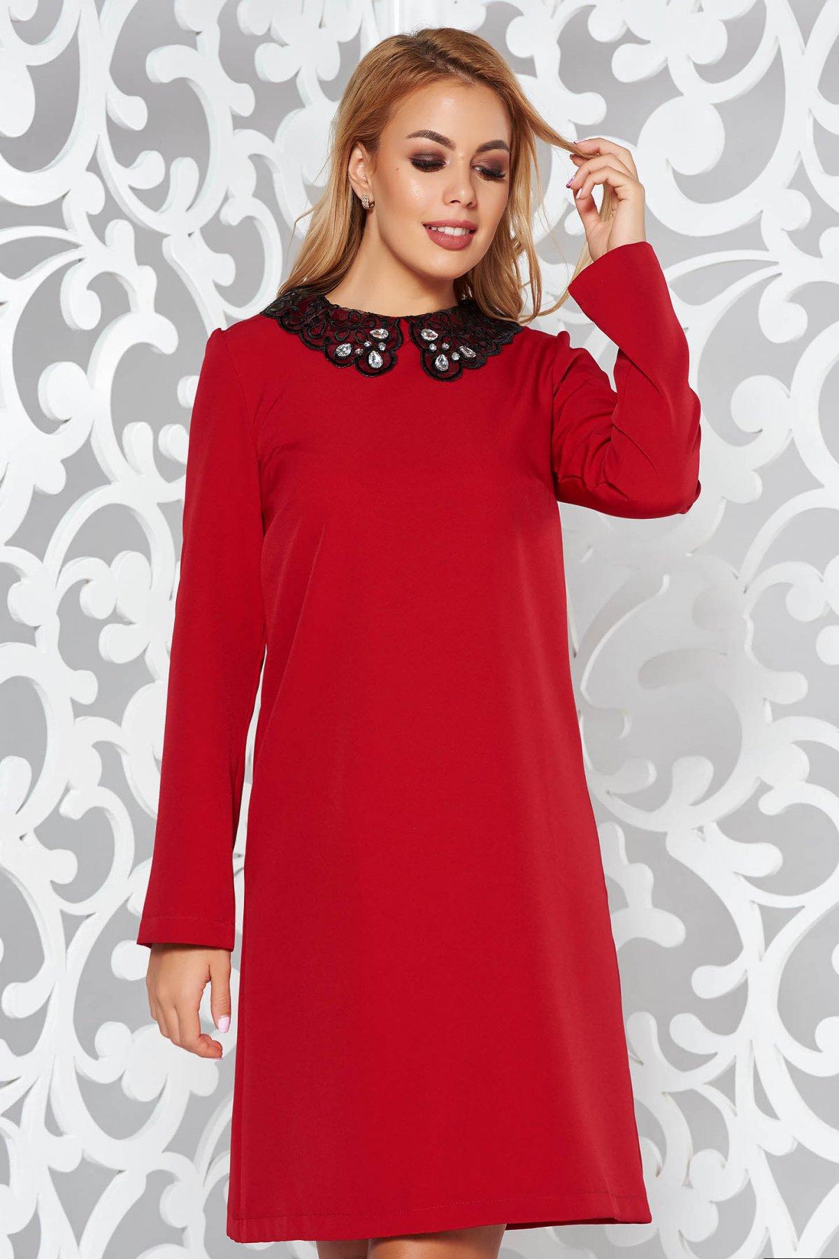 Rochie StarShinerS rosie eleganta cu croi larg din material elastic cu aplicatii cu dantela si pietre strass