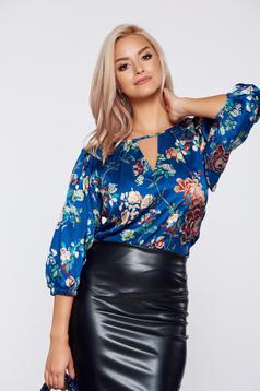 Bluza dama PrettyGirl albastra eleganta din material satinat cu imprimeu floral