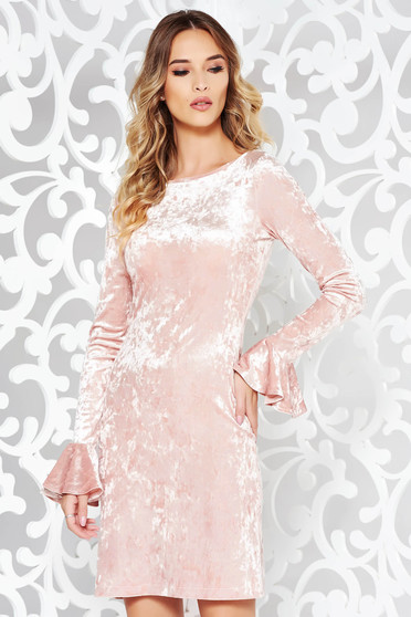 Rochie StarShinerS rosa de ocazie cu un croi mulat din catifea cu volanase la maneca