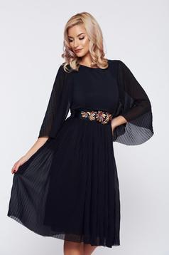 Rochie neagra StarShinerS eleganta accesorizata cu cordon cu insertii de broderie