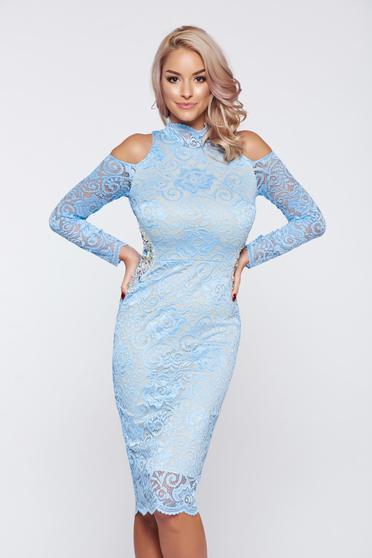Rochie StarShinerS albastra-deschis de ocazie din material dantelat cu umeri decupati