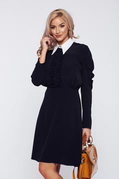 Rochie PrettyGirl neagra eleganta de zi cu guler ascutit si aspect creponat
