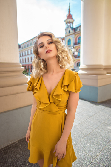 Rochie Ana Radu mustarie eleganta petrecuta cu decolteu adanc cu volanase