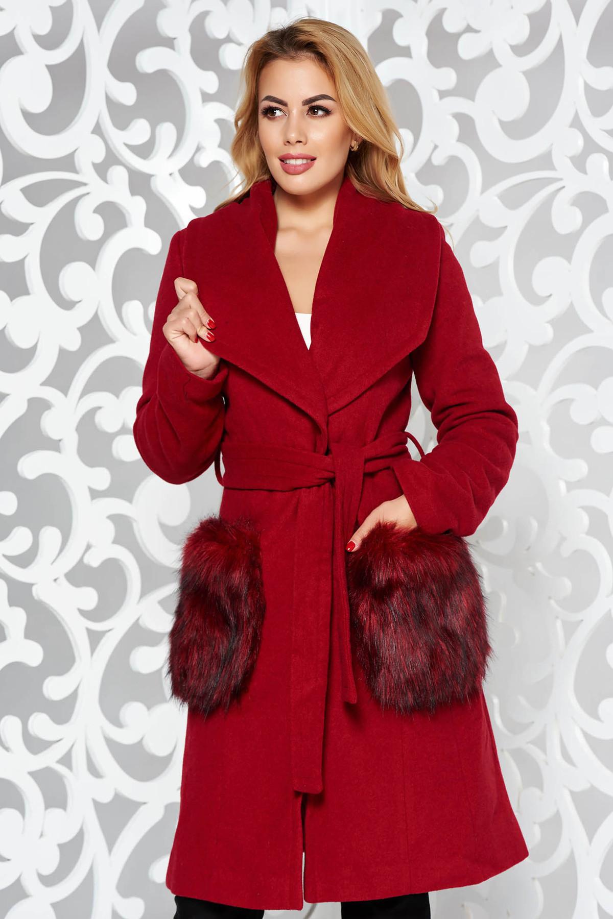Palton LaDonna visiniu elegant cu un croi drept din lana captusit pe interior cu insertii cu blana ecologica si cu buzunare