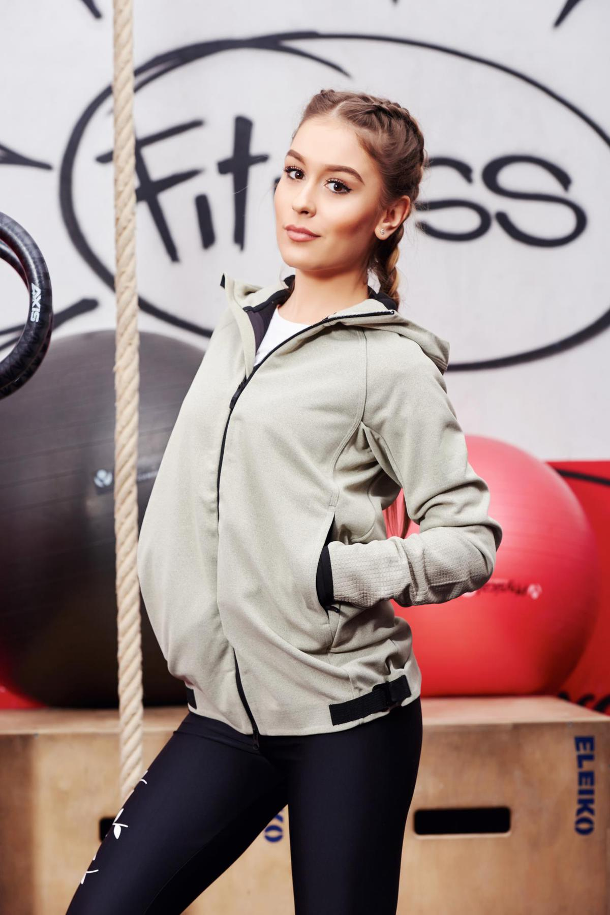 Hanorac Adidas Originals gri din material usor elastic cu buzunare cu gluga nedetasabila