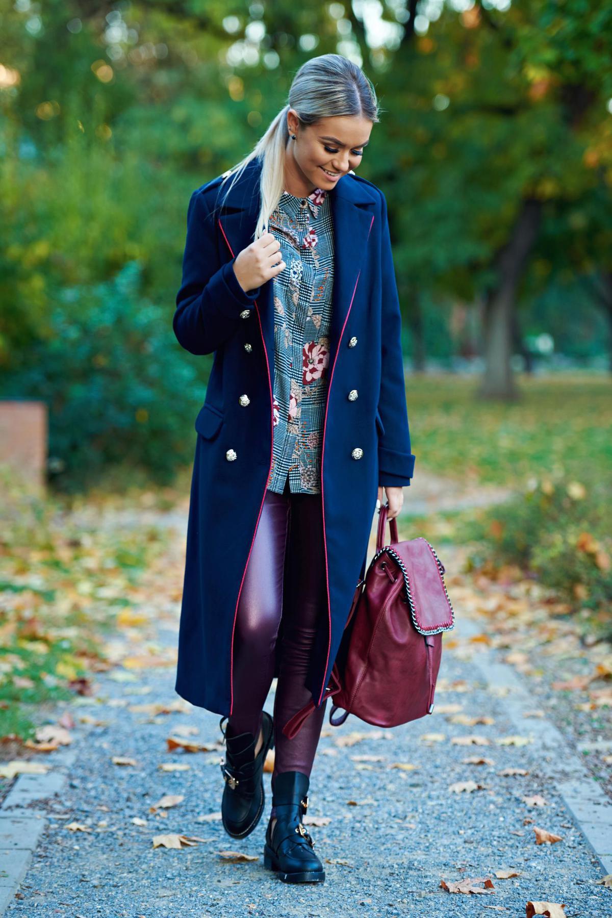 Palton LaDonna albastru-inchis casual cu un croi drept din lana captusit pe interior accesorizat cu nasturi