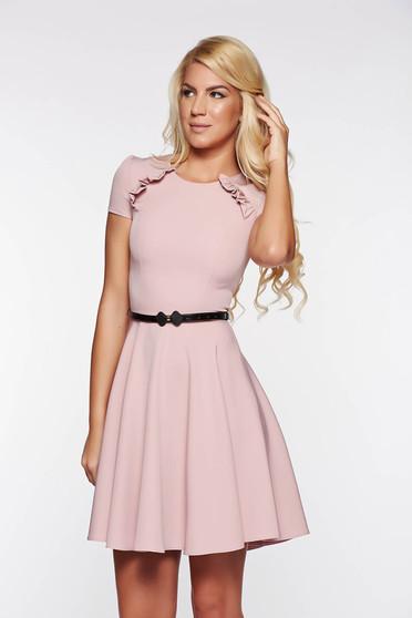 Rochie StarShinerS rosa eleganta in clos din stofa usor elastica cu accesoriu tip curea