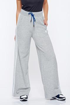 Pantaloni Adidas gri sport din bumbac cu croi larg
